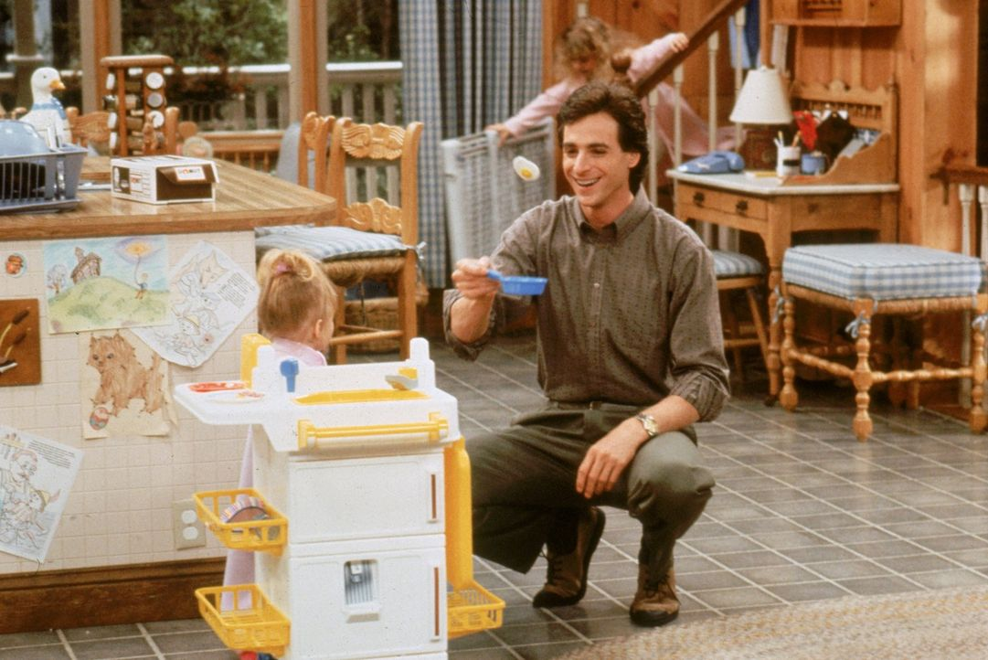 Während ein starker Nebel alle dazu zwingt im Haus zu bleiben, versucht Danny (Bob Saget, r.) die kleine Michelle (Mary-Kate/Ashley Olsen, l.) zu un... - Bildquelle: Warner Brothers Inc.