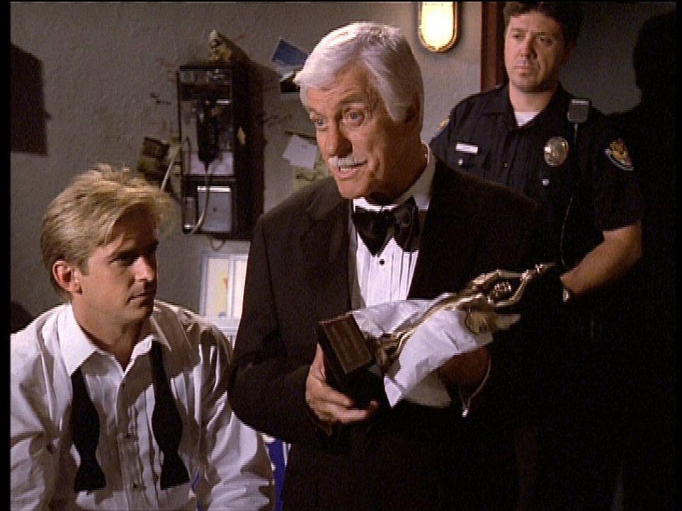Mark (Dick Van Dyke, M.) erklärt Jesse (Charlie Schlatter, l.) den Tathergang. Das Opfer wurde mit dem Preis, den Mark bekommen sollte, erschlagen. - Bildquelle: Viacom