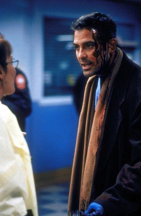 Gegen Dr. Weaver (Laura Innes, l.) kommt Dr. Ross (George Clooney, r.) nicht an: Er darf nicht mehr als Arzt tätig sein. - Bildquelle: TM+  2000 WARNER BROS.