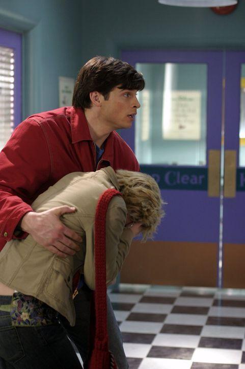 Chloe (Allison Mack, vorne) bleibt nicht viel Zeit: Sie muss die Wahrheit über Clark (Tom Welling, hinten) herausfinden ... - Bildquelle: Warner Bros.
