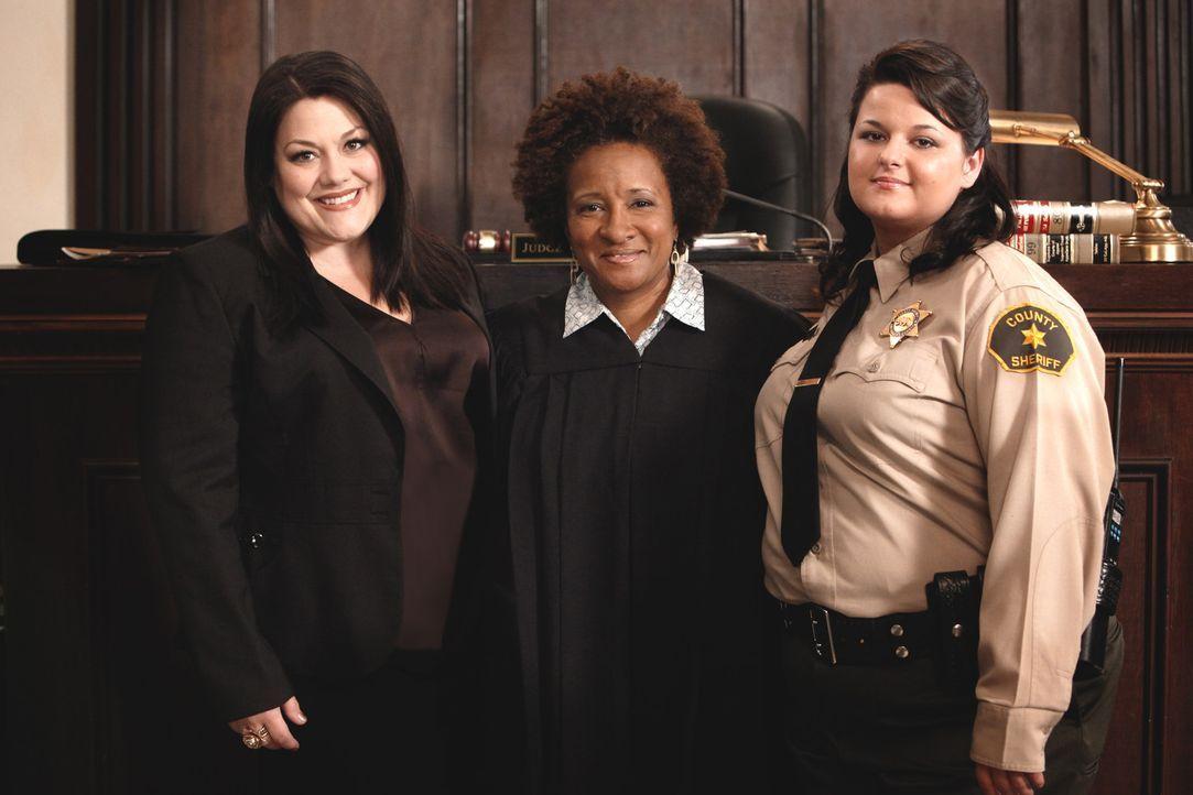 Jane (Brooke Elliott, l.) und Judge Yvonne Wright (Wanda Sykes, M.) rollen einen alten Mordfall wieder auf, der vor acht Jahren auf Eis gelegt wurde... - Bildquelle: 2011 Sony Pictures Television Inc. All Rights Reserved.