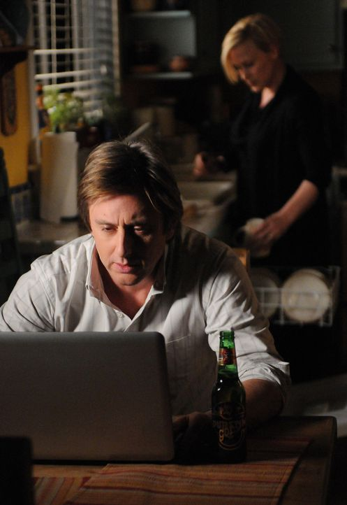 Allison (Patricia Arquette, r.) erzählt Joe (Jake Weber, l.) von einem Mann, der ihr immer wieder begegnet und von dem sie sich verfolgt fühlt ... - Bildquelle: Paramount Network Television