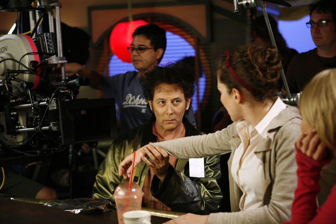 Hinter den Kulissen: Die Filmcrew und die Schauspieler Anna Friel alias Chuck (2.v.r.), Paul Reubens alias Oscar Vibenius (l.) und Kristin Chenoweth... - Bildquelle: Warner Brothers