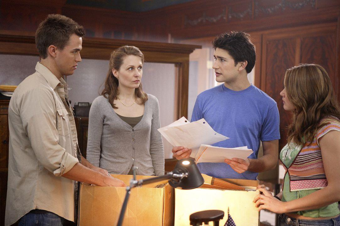Declan (Chris Olivero, l.), Lori (April Matson, r.) und Kyle (Matt Dallas, 2.v.r.) fahren zur Universität nach Washington und lernen dort als erste... - Bildquelle: TOUCHSTONE TELEVISION