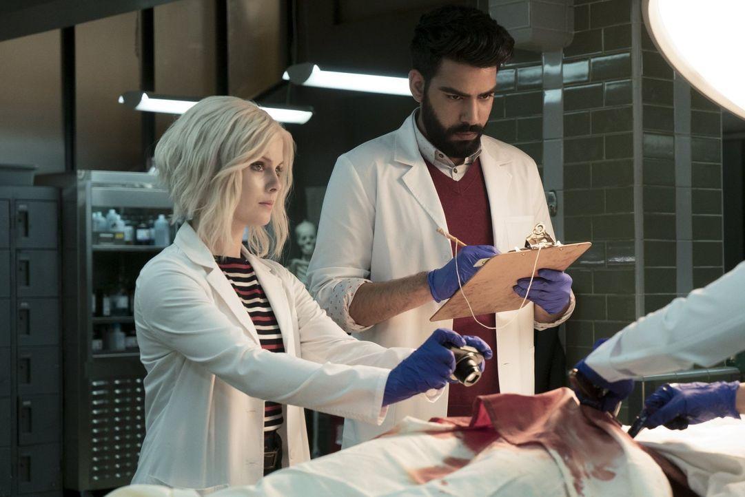 Während Clive Ravi (Rahul Kohli, r.) auffordert, mehr von dem Heilmittel herzustellen, muss Liv (Rose McIver, l.) im Radio mitanhören, wie ein Augen... - Bildquelle: 2017 Warner Brothers