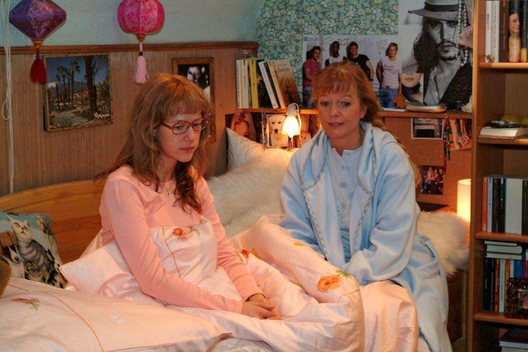 Lisa (Alexandra Neldel, l.) bekommt von ihrer Mutter Helga (Ulrike Mai, r.) gut gemeinte Ratschläge auf den Weg, damit sie ihren ersten Arbeitstag a... - Bildquelle: Monika Schürle SAT.1 / Monika Schürle