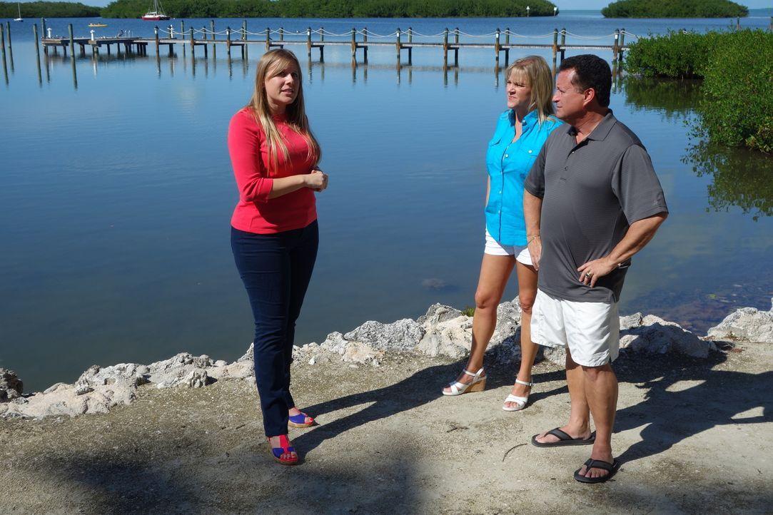 Andrea (M.) und Steve (r.) machen seit Jahren Urlaub auf den Florida Keys, doch jetzt haben sie genug von den hohen Mietpreisen. Kann Immobilienmakl... - Bildquelle: 2014, HGTV/Scripps Networks, LLC. All Rights Reserved.