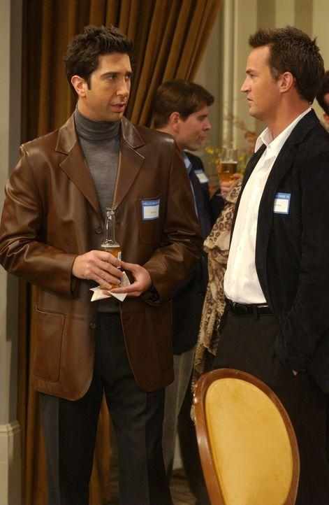 Ross (David Schwimmer, l.) und Chandler (Matthew Perry, r.) sind auf einem College-Treffen und als sie über die alten Zeiten sinnieren, stolpern sie... - Bildquelle: 2003 Warner Brothers International Television