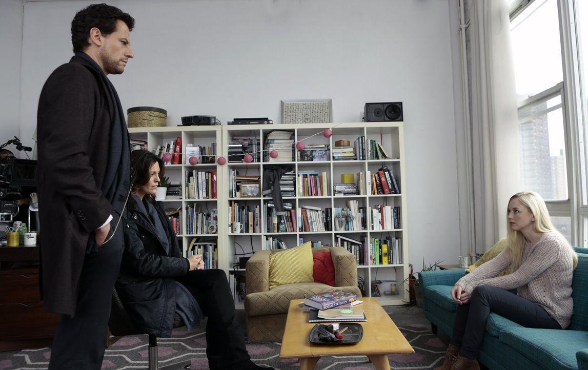 Jennifer (Emily Kinney, r.) hilft nur zu gerne bei der Aufklärung des Mordes an Sarah. Doch Henry (Ioan Gruffudd, l.) und Jo (Alana De La Garza, 2.v... - Bildquelle: Warner Bros. Television