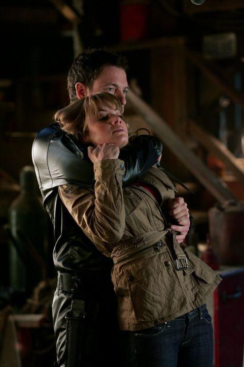 Da Lois (Erica Durance, r.) gesehen hat, wie Lex dem Supersoldaten Wes (Tahmoh Penikett, l.) Befehle gibt, muss sie sterben ... - Bildquelle: Warner Bros.