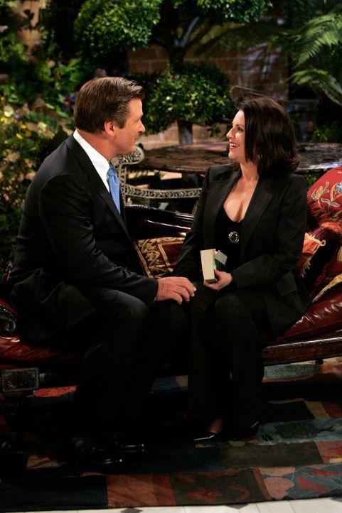 Malcolm (Alec Baldwin, l.) versucht von Jack und Stanley den Segen für seine Beziehung zu Karen (Megan Mullally, r.) zu bekommen. Doch was sagt Kare... - Bildquelle: NBC Productions
