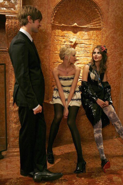Hoffen, dass die Modenschau ein Erfolg wird: Jenny (Taylor Momsen, M.), Agnes (Willa Holland, r.) und Nate (Chace Crawford, l.) ... - Bildquelle: Warner Bros. Television