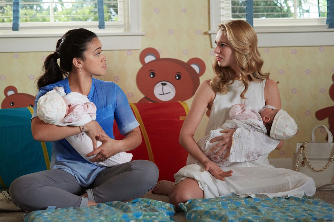 Petra (Yael Grobglas, r.) hat noch immer Schwierigkeiten, sich in ihre Mutterrolle hineinzufinden. Jane (Gina Rodriguez, l.) versucht, sie zu unters... - Bildquelle: Tyler Golden 2016 The CW Network, LLC. All rights reserved.