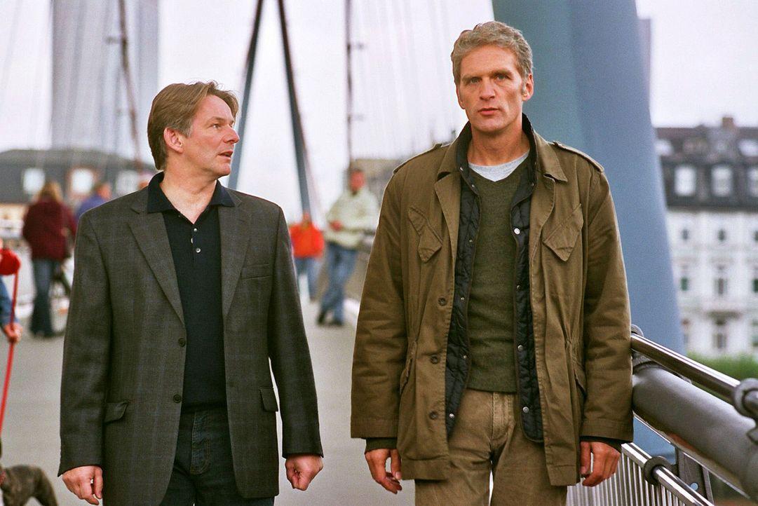 Max (Walter Sittler, r.) will Gosslar (Max Herbrechter, l.) helfen, seinen Ruf zu retten. - Bildquelle: Sat.1