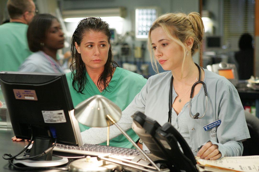 Sind immer viel beschäftigt: Abby (Maura Tierney, l.) und Sam (Linda Cardellini, r.) ... - Bildquelle: Warner Bros. Television