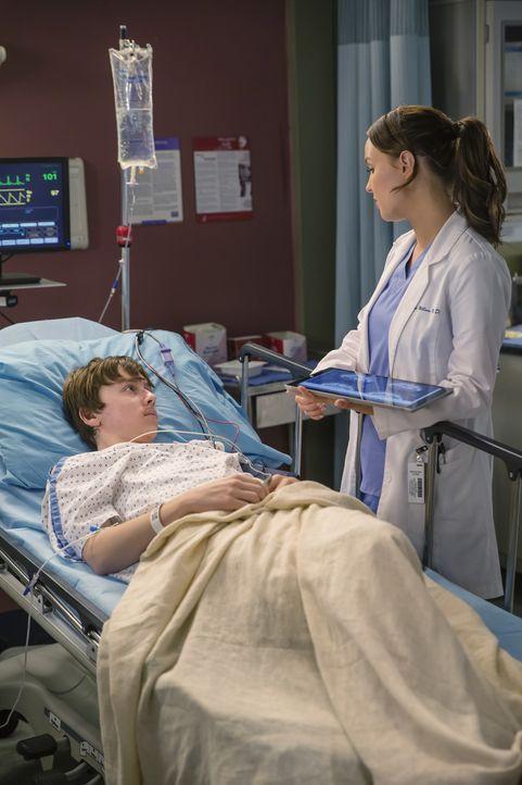 Dylan (AJ Achinger, l.) ist ohne die Erlaubnis seiner Eltern den Wagen gefahren. Ob ihm Jo (Camilla Luddington, r.) die Angst vor der Beichte nehmen... - Bildquelle: ABC Studios