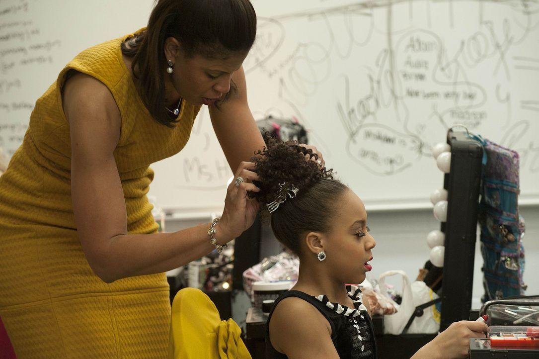 Letzte Vorbereitungen: Nia (r.) und ihre Mutter Holly (l.) ... - Bildquelle: 2012 A+E Networks
