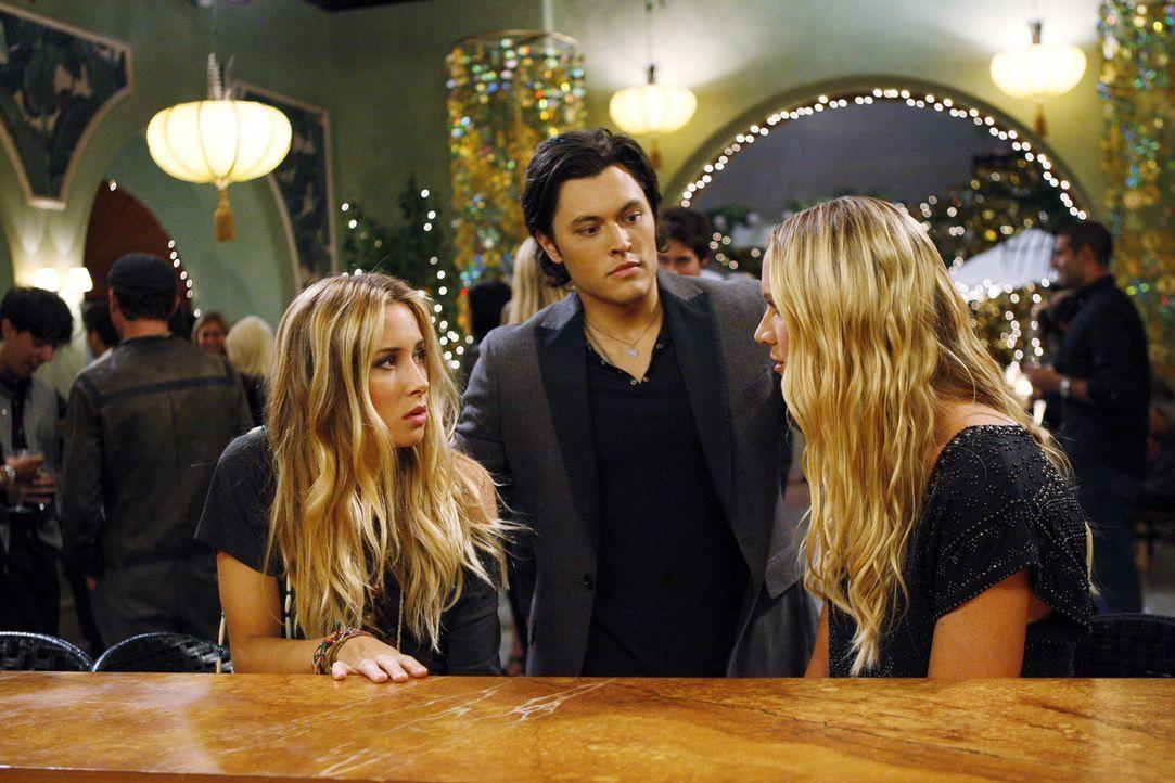 Ivy Sullivan (Gillian Zinser, l.) gesteht Laurel (Kelly Lynch, r.), dass sie in ihrer Wut mit Oscar (Blair Redford, M.) geschlafen hat ... - Bildquelle: 2010 The CW Network. All Rights Reserved.