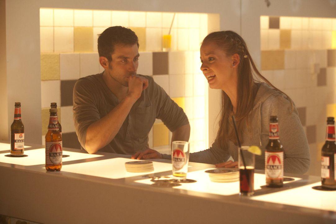 Während Michael (Andreas Jancke, l.) mit Bea glücklich ist, macht Lara (Amelie Plaas-Link, r.) Sebastian für die Trennung ihrer Eltern verantwort... - Bildquelle: SAT.1