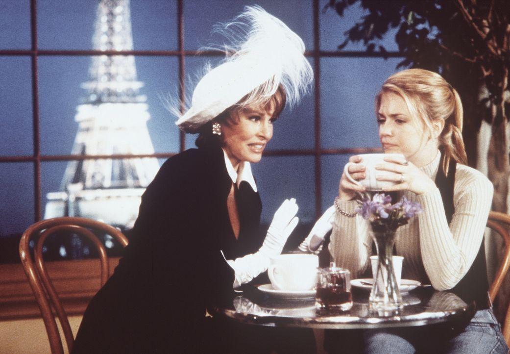 Vesta (Raquel Welch, l.), die Tante von Sabrina (Melissa Joan Hart, r.), wohnt im Reich der Sinne und verwöhnt ihre Nichte mit allem, was sich ein... - Bildquelle: Paramount