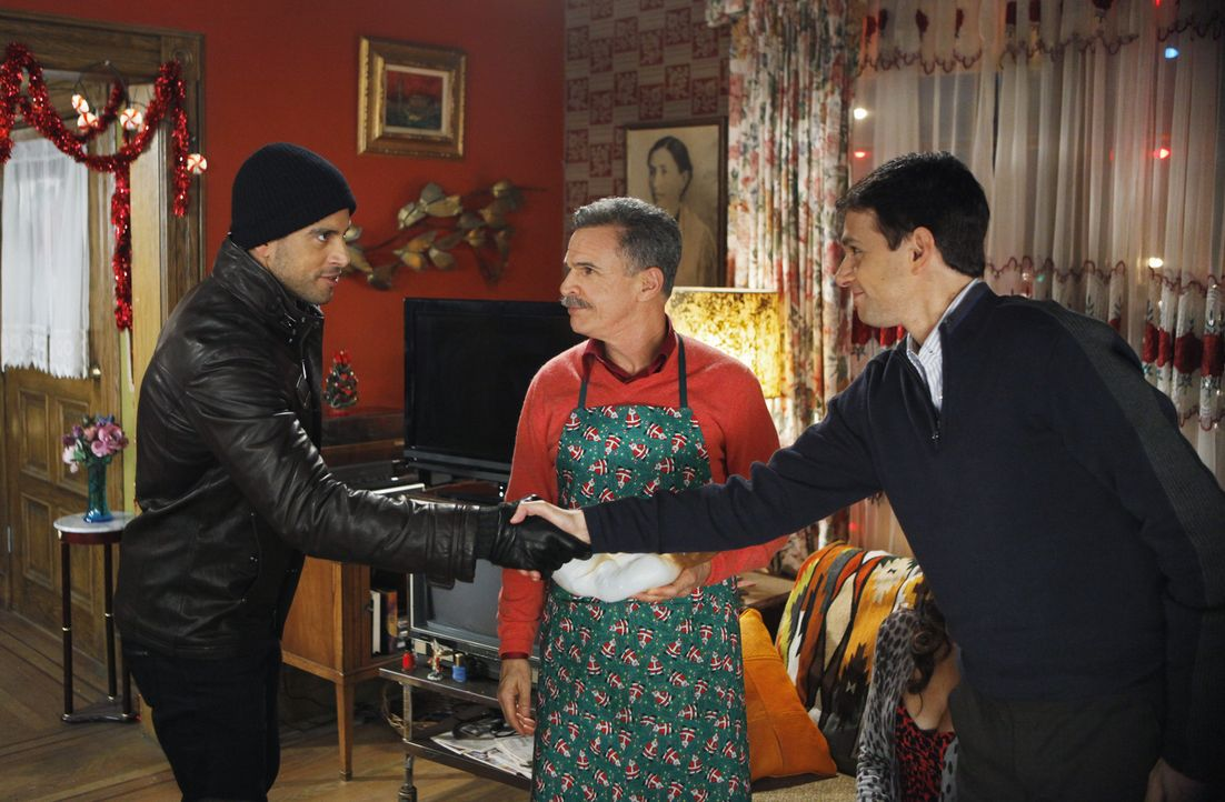 Ignacio (Tony Plana, M.) wünscht sich ein friedliches Weihnachtsessen, doch werden Bobby (Adam Rodriguez, l.) und Archie (Ralph Macchio, r.) wirklic... - Bildquelle: Patrick Harbron 2009 American Broadcasting Companies, Inc. All rights reserved.