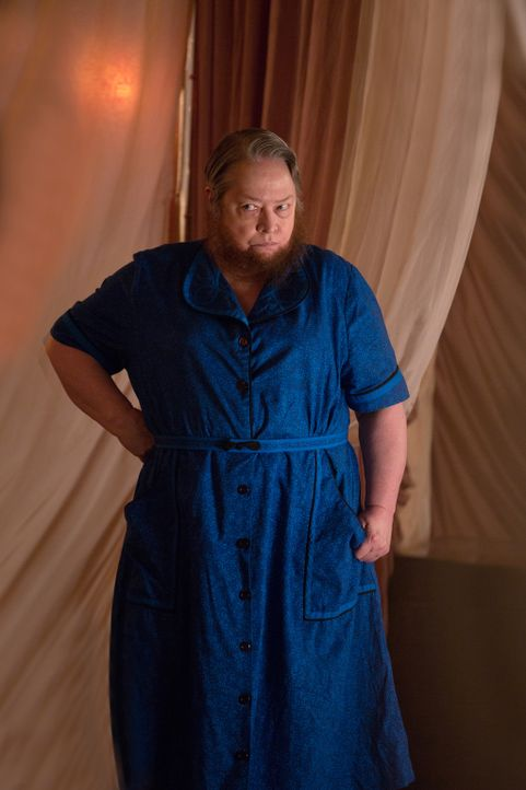 Ethel (Kathy Bates) zweifelt plötzlich an der Aufrichtigkeit von Elsa - ein gefährlicher Fehler ... - Bildquelle: 2014-2015 Fox and its related entities. All rights reserved.