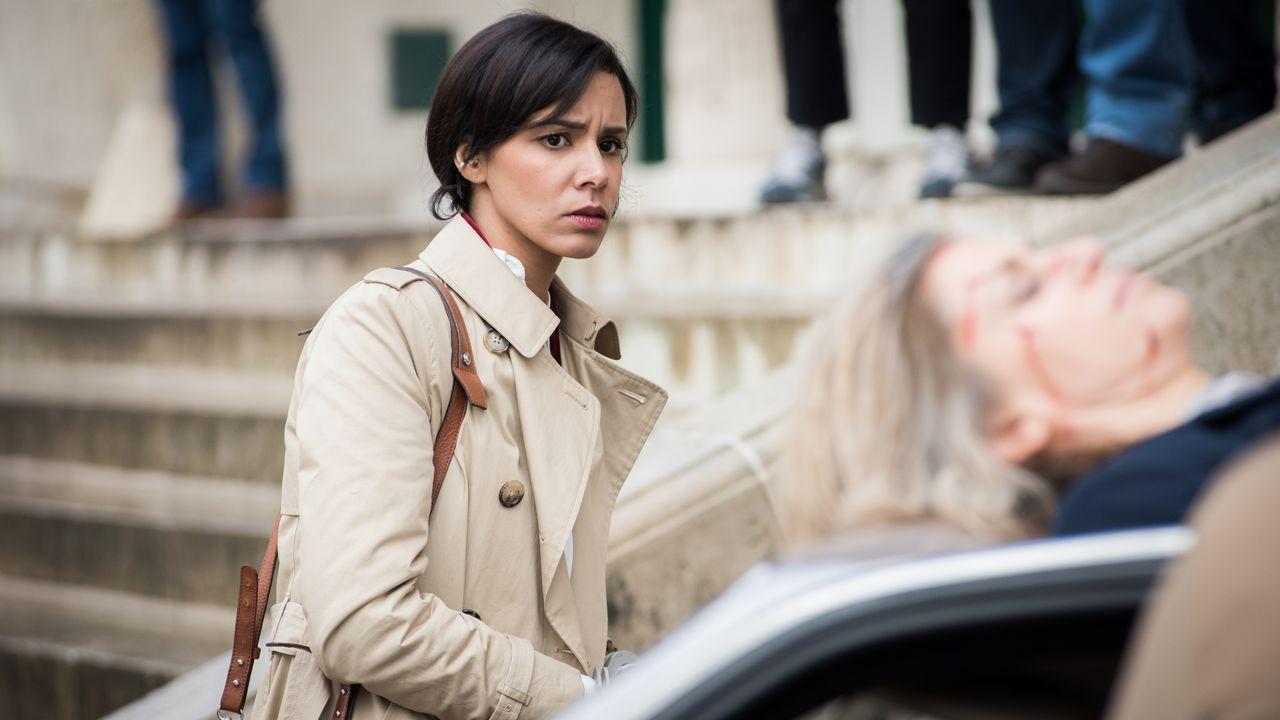 Elisa Bergman (Shy'm, l.); Dr. Chollet (Béatrice Jeuffroy, r.) - Bildquelle: Nicolas Roucou 2019 BEAUBOURG AUDIOVISUEL / TF1 / Nicolas Roucou