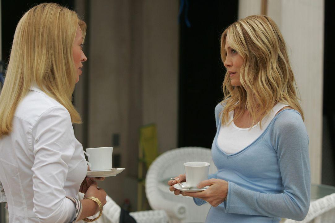 Kat Kirsten (Kelly Rowan, r.) in Charlotte (Jeri Ryan, l.) eine wahre Freundin gefunden? - Bildquelle: Warner Bros. Television