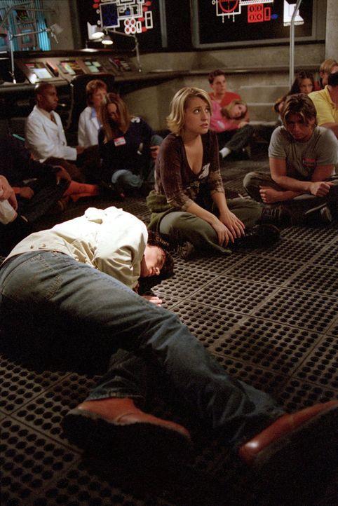 Schafft es Clark (Tom Welling, vorne liegend) Chloe (Allison Mack, M.) und die anderen zu retten? - Bildquelle: Warner Bros.