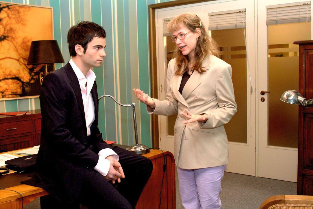 Lisa (Alexandra Neldel, r.) verteidigt sich energisch gegen Davids (Mathis Künzler, l.) Vermutung, sie sei in ihn verliebt. (Dieses Foto von Alexan... - Bildquelle: Sat.1