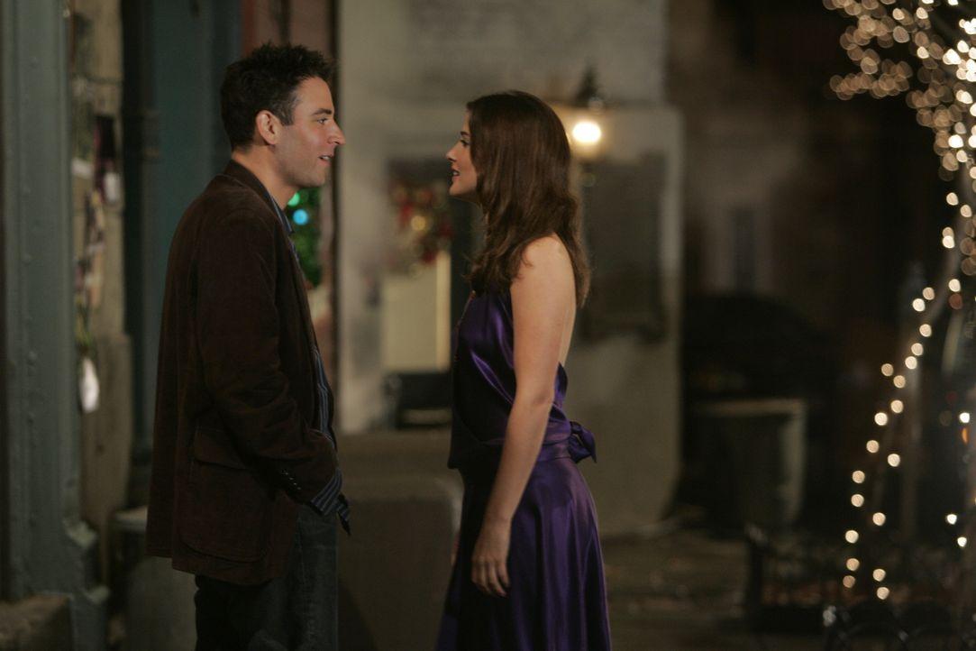 Weil Robin (Cobie Smulders, r.) von ihrem Freund versetzt wird, stößt sie zu später Stunde noch zu Ted (Josh Radnor, l.) und seinen Kumpels ... - Bildquelle: 20th Century Fox International Television