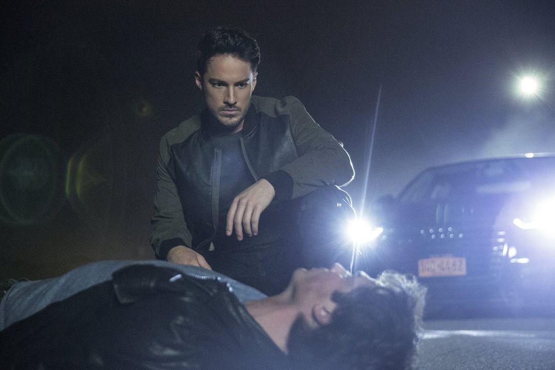Sein emotionaler Untergang führt Damon (Ian Somerhalder, vorne) ausgerechnet zu Tyler (Michael Trevino, hinten). Wird es dem Werwolf gelingen, Damon... - Bildquelle: Warner Bros. Entertainment, Inc.