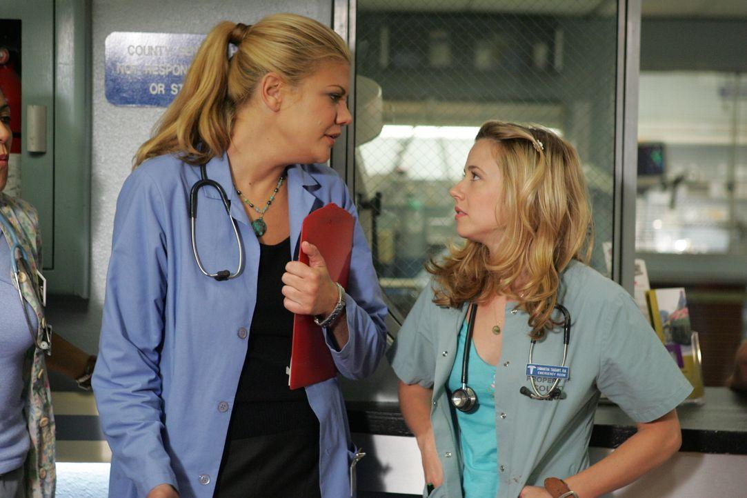 Eve (Kristen Johnston, l.) setzt sich dafür ein, dass Sams (Linda Cardellini, r.) Dienstplan geändert wird, damit sich nicht mehr mit Luka zusammen... - Bildquelle: Warner Bros. Television