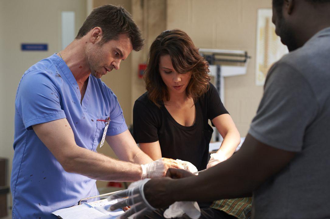 Während Joel (Daniel Gillies, l.) und Dr. Quintos (Lexa Doig, r.) in Schwierigkeiten geraten, hat Alex ihren ersten Arbeitstag - unter der strengen... - Bildquelle: Ken Woroner 2014 Hope Zee Three Inc.