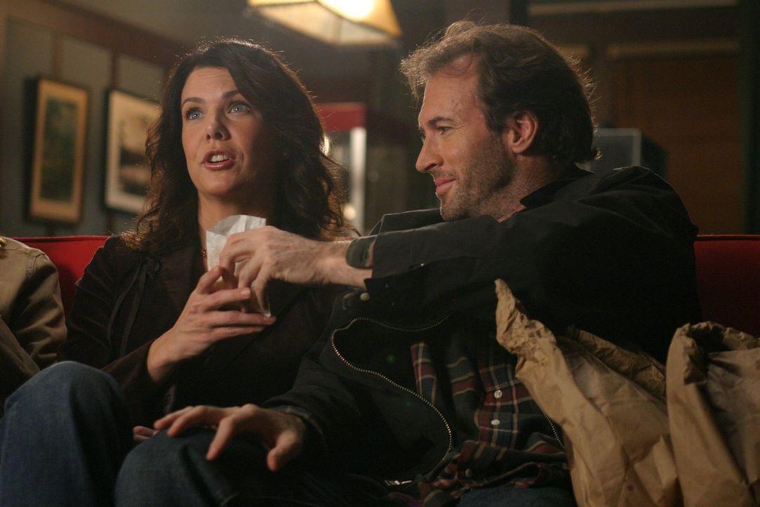 Lorelai (Lauren Graham, l.) zu Liebe macht Luke (Scott Patterson, r.) gute Miene zum Spiel, doch eigentlich kann er Dean nicht ausstehen. Er findet,... - Bildquelle: 2004 Warner Bros.
