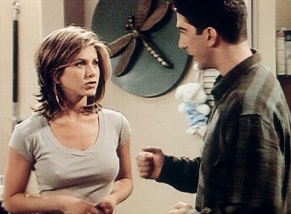 """Ross (David Schwimmer, r.) hat jetzt zwar eine Freundin, doch es ist noch nie """"dazu"""" gekommen. Rachel (Jennifer Aniston, l.) gibt ihm ein paar nette... - Bildquelle: TM+  2000 WARNER BROS."""