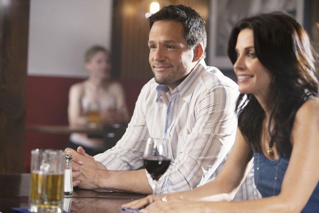 Bringen es nicht über Herz Bobby die Wahrheit über ihre Beziehung zu sagen: Jules (Courteney Cox, r.) und Grayson (Josh Hopkins, l.) ... - Bildquelle: 2009 ABC INC.