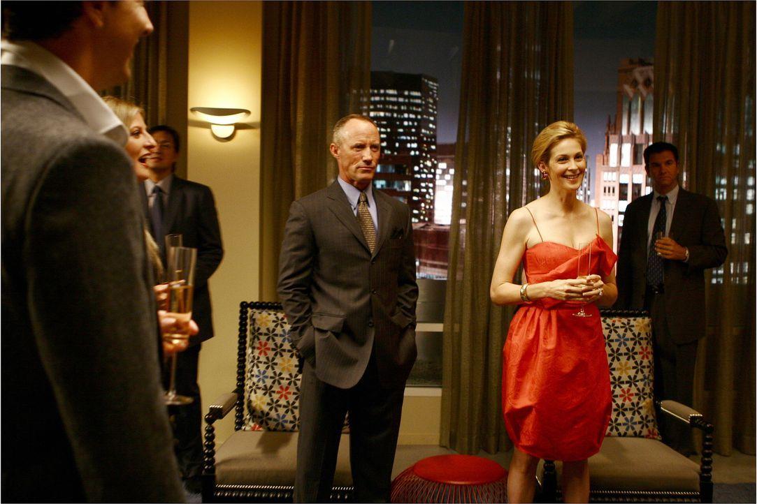 """Zum Ärger von Serena beschließen Lily (Kelly Rutherford, r.) und Bart (Robert John Burke, l.) plötzlich eine """"Familie"""" zu sein ... - Bildquelle: Warner Brothers"""