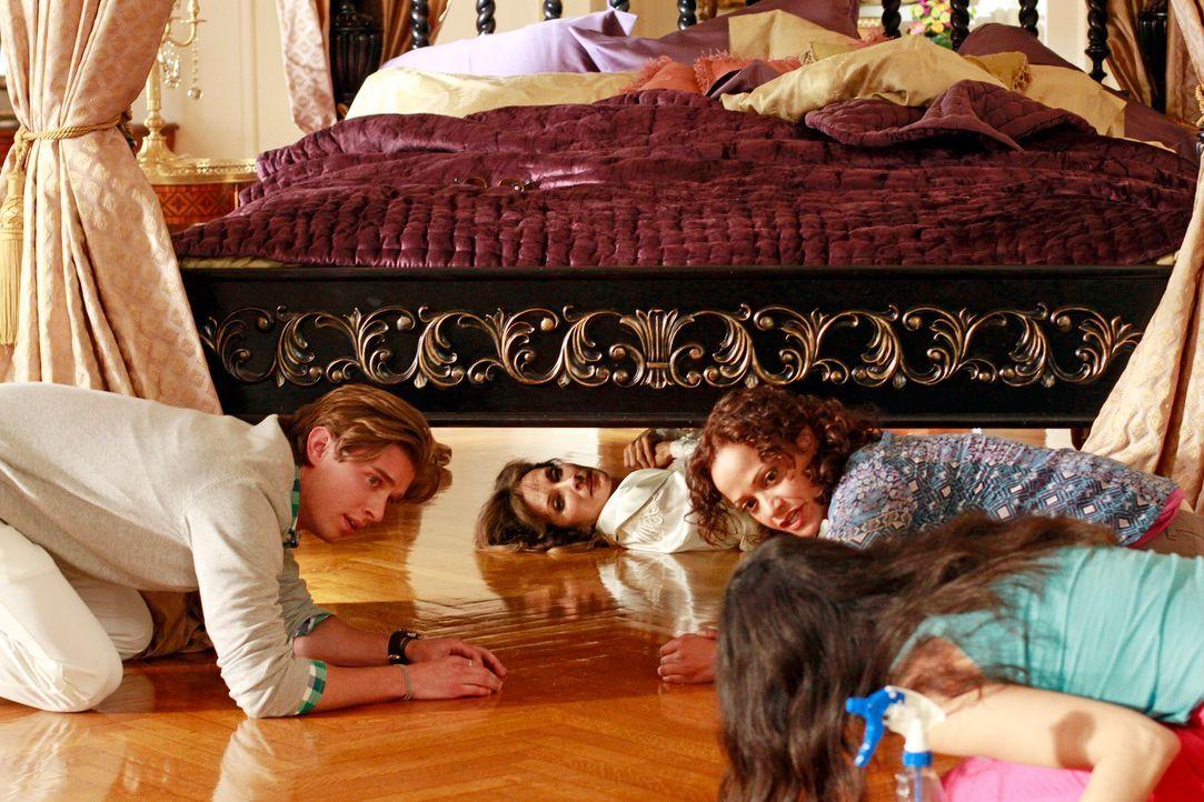 Als ihr Poolboy mit ihr Schluss macht, ist Genevieve (Susan Lucci, 2.v.l.) verzweifelt. Ihr Sohn Remi (Drew Van Acker, l.) und die Haushälterinnen Z... - Bildquelle: ABC Studios