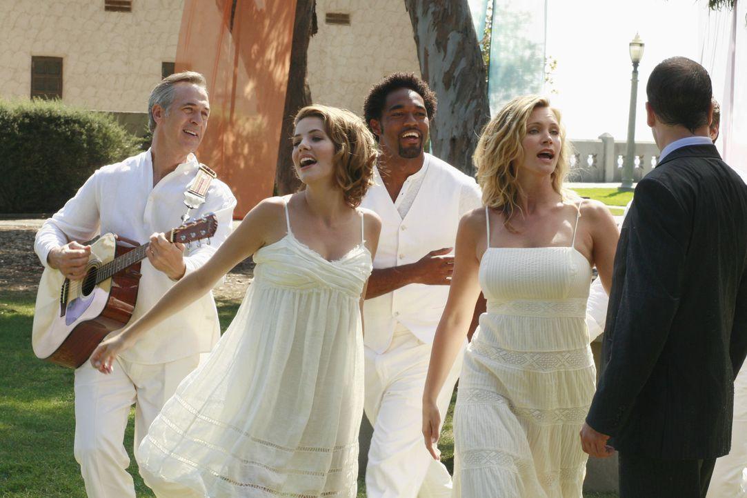 In der Vision ist die Welt noch in Ordnung: Taylor (Natasha Henstridge, 2.v.r.) tanzt mit Freude um Eli (Jonny Lee Miller, r.) herum ... - Bildquelle: Disney - ABC International Television