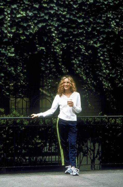 """Carrie (Sarah Jessica Parker) befasst sich mit dem Thema """"Religion"""" und macht dabei die Entdeckung, dass Mr. Big seine Mutter sonntags in die Kirche... - Bildquelle: 2001 Paramount Pictures"""