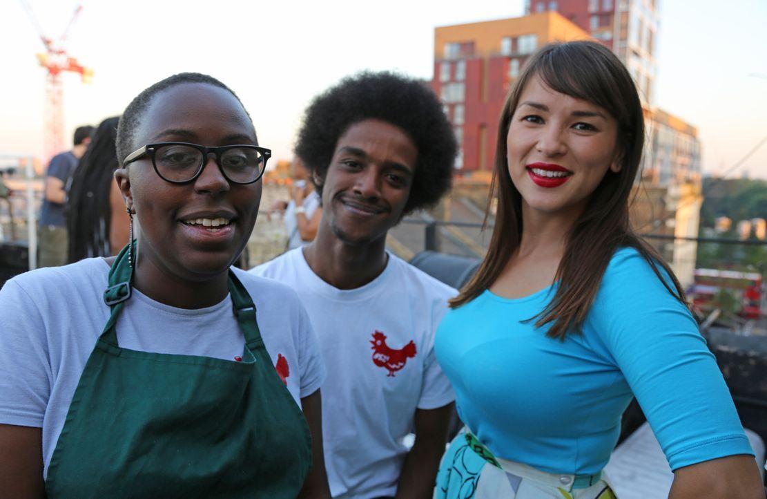"""Mit Becca (l.) und Ahmed (M.) von """"Thank Cluck"""" versteht sich Rachel Khoo (r.) blendend ... - Bildquelle: Richard Hill BBC 2013"""
