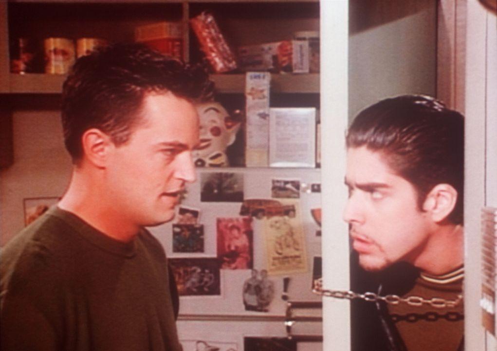 Chandler (Matthew Perry, l.) hat keine Lust mehr, mit Eddie (Adam Goldberg, r.) zusammenzuwohnen und will ihn offensichtlich loswerden. - Bildquelle: TM+  2000 WARNER BROS.