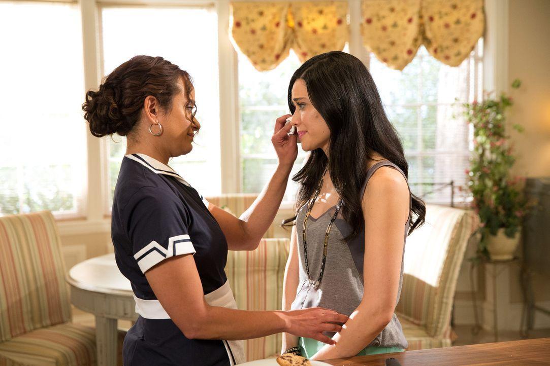 Eigentlich weiß Zoila (Judy Reyes, l.) immer, was Valentina (Edy Ganem, r.) tun und lassen soll, aber bei diesem speziellen Problem muss Valentina g... - Bildquelle: 2014 ABC Studios