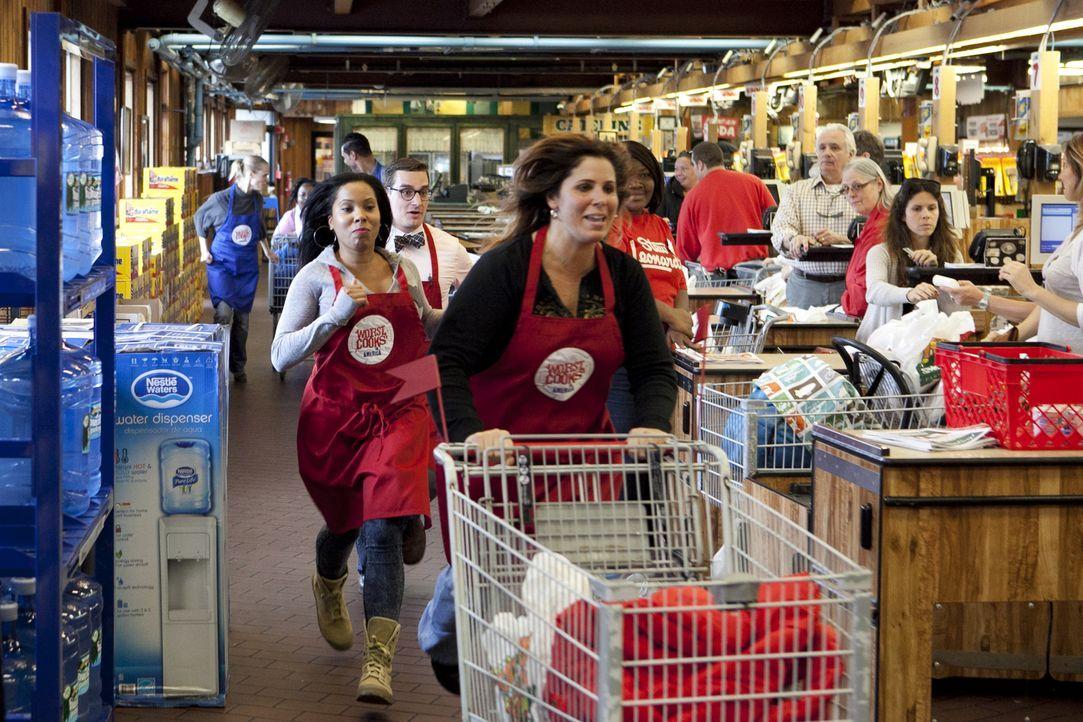 Hat das Team rot mit Rasheeda (l.), Michael (M.) und Sue (r.) wirklich alle Dinge in ihren Einkaufswagen gepackt, die auf ihrer Einkaufsliste stehen? - Bildquelle: David Lang 2012, Television Food Network, G.P.