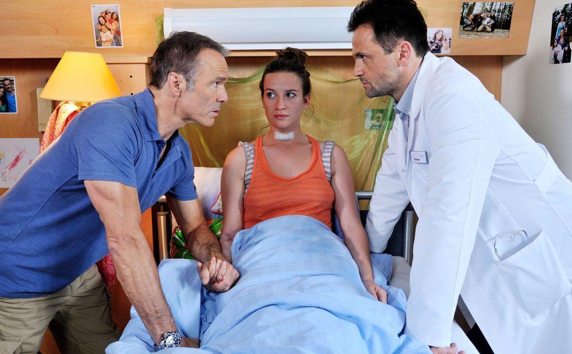 Ex-Bundeswehroffizier Harald Westphal (Hannes Jaenicke, l.) fürchtet Krankenhäuser wie der Teufel das Weihwasser. Doch als seine Tochter Marla (Nina... - Bildquelle: Hardy Spitz SAT.1