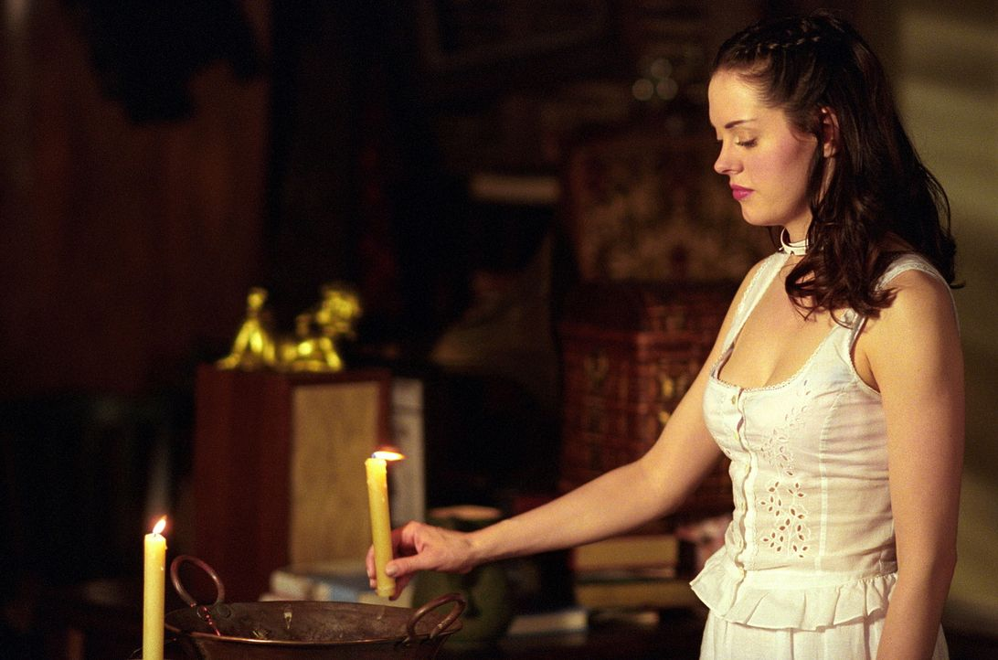 Paige (Rose McGowan) sträubt sich dagegen und möchte um alles in der Welt ihre Kräfte behalten, doch wie der Schicksalsengel anfangs sagte: Es sind... - Bildquelle: Paramount Pictures