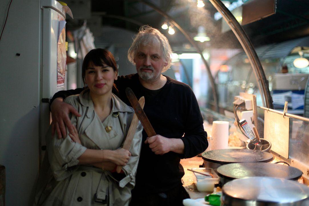 Bei dem fantastischen Straßenverkäufer Alain Roussel (r.) lernt Rachel Khoo (l.), was es heißt, einen richtigen Pariser Crêpe zu machen ... - Bildquelle: Daniel Lucchesi Plum Pictures 2012