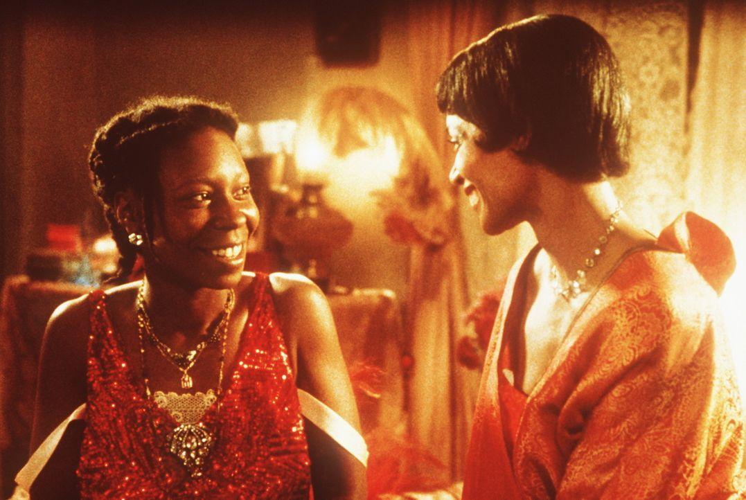 Erst durch ihre Freundin Shug Avery (Margaret Avery, r.) findet Celie (Whoopi Goldberg, l.) neue Lebensfreude und Lebensmut ... - Bildquelle: Warner Bros.