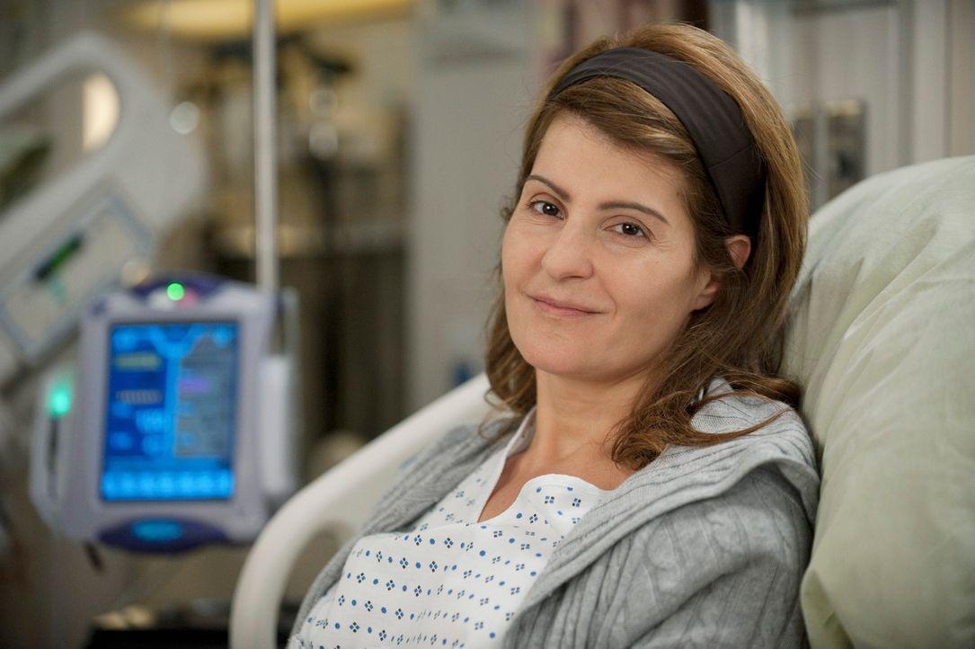 Während Derek und Lexie einen Fall übernehme, der als inoperabel gilt, erscheint Karen (Nia Vardalos) mit ihrer Schwester wegen Lebertransplantation... - Bildquelle: ABC Studios